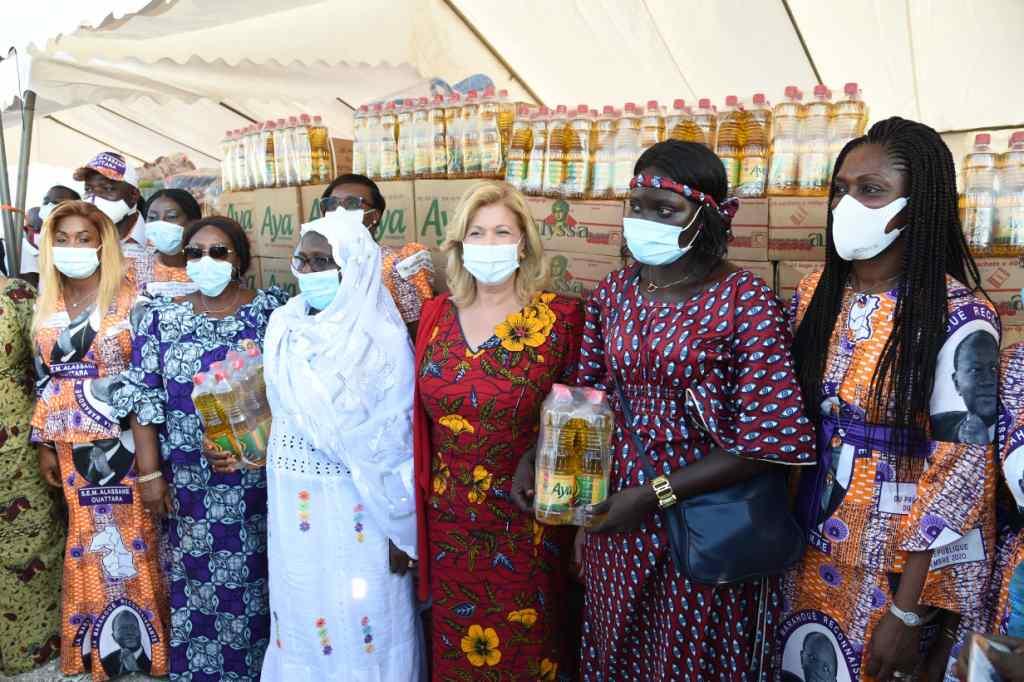 Remise de dons et de chèques du FAFCI aux femmes de la Marahoué en images15