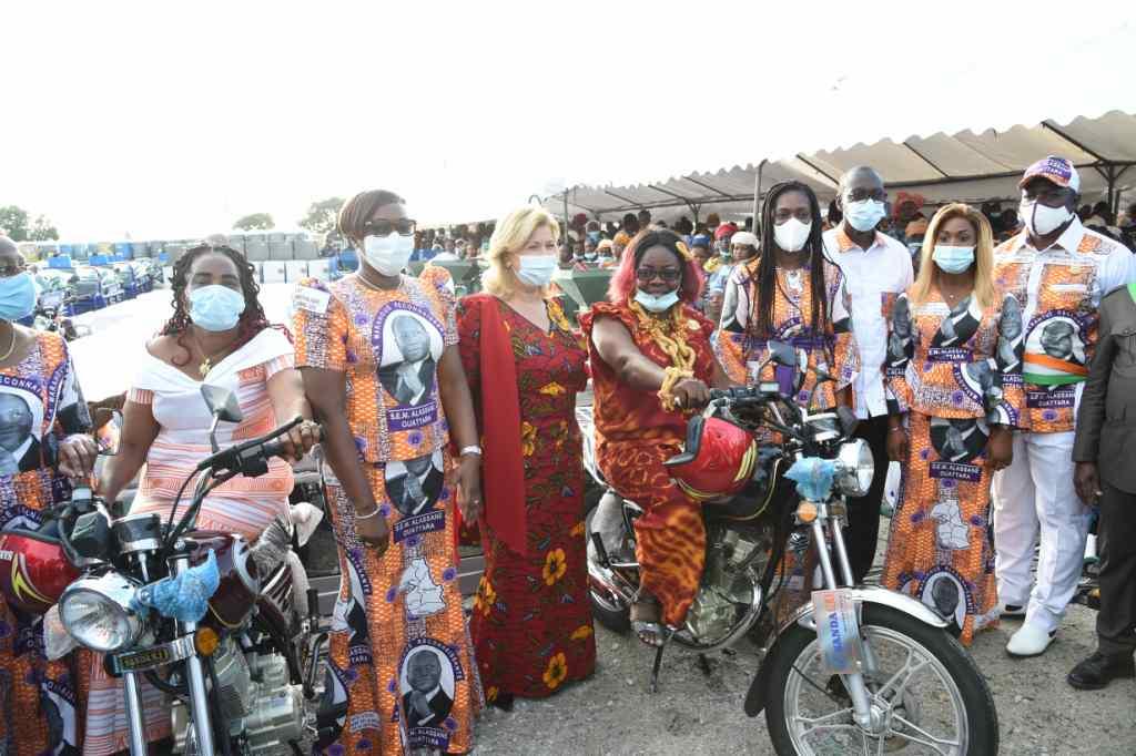 Remise de dons et de chèques du FAFCI aux femmes de la Marahoué en images6